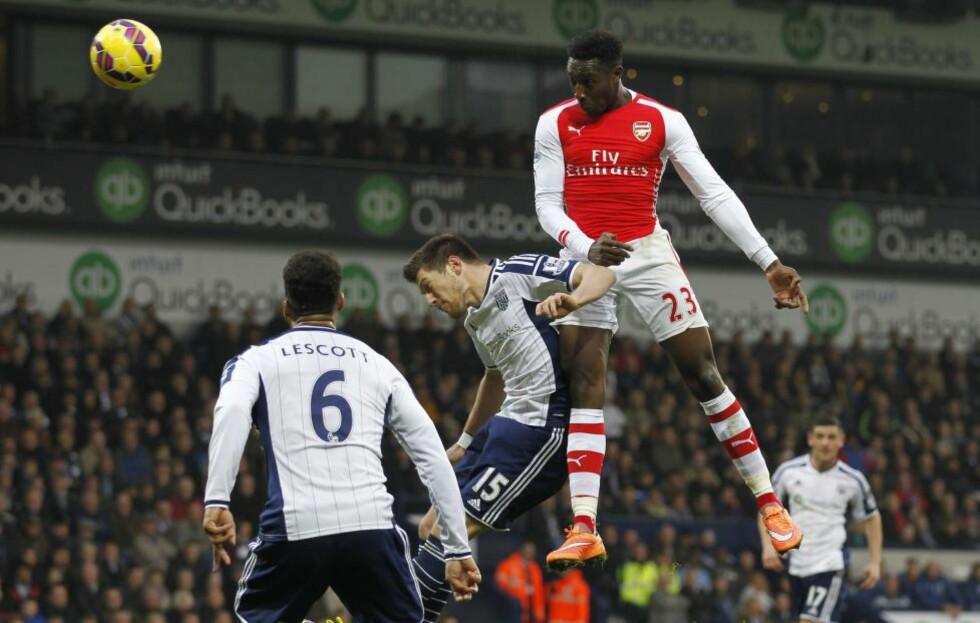 VINNERMÅLET: Arsenals Danny Welbeck stanger inn 1-0-målet som sikret seier mot WBA. Foto:  AFP PHOTO / IAN KINGTON