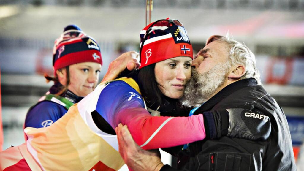 SEIERSKYSSET: Marit Bjørgen virket noe reservert da hun fikk gratulasjonskyss på kinnet av den fisnke skilegenden Juha Mieto. Foto: Hans Arne Vedlog