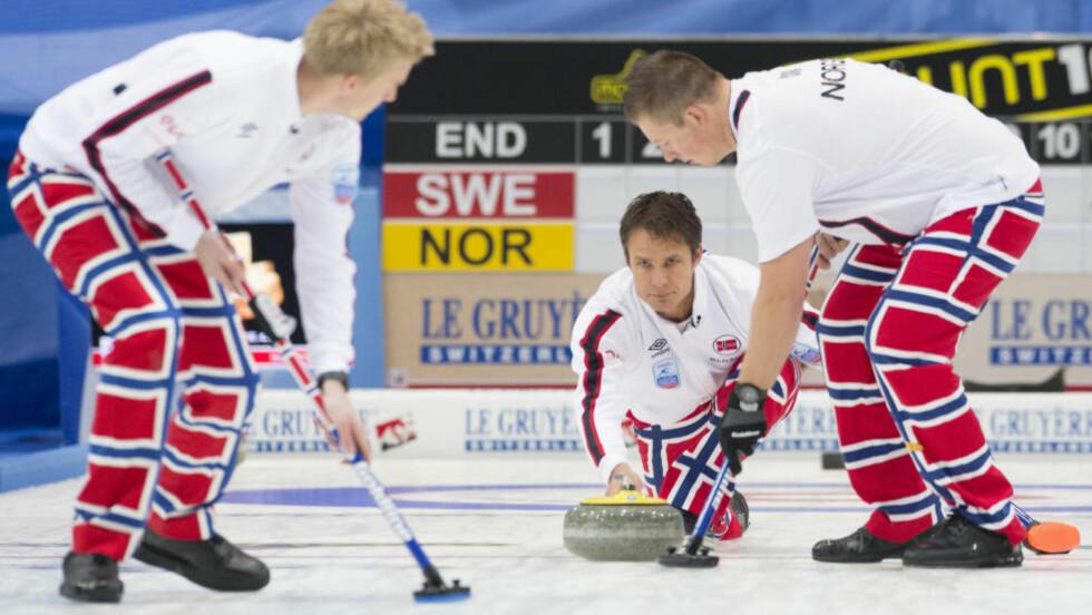 NESTEN: Skip Thomas Ulsrud og de norske gutta tapte EM-finalen i ettermiddag. Foto: AP Photo / Keystone / Anthony Anex / NTB Scanpix