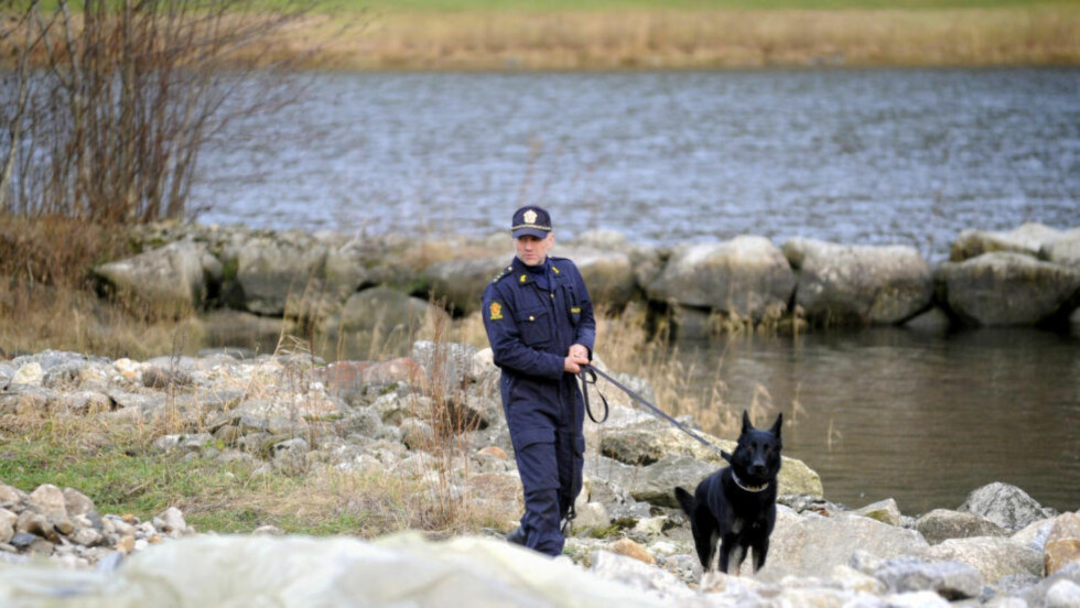 HUNDESØK: Politihunden Cooper og hundefører Bjørn Rolland har tidligere søkt i området rundt boligen til den døde Veronica Heggheim Stegegjerdet. Foto: Fridgeir Walderhaug