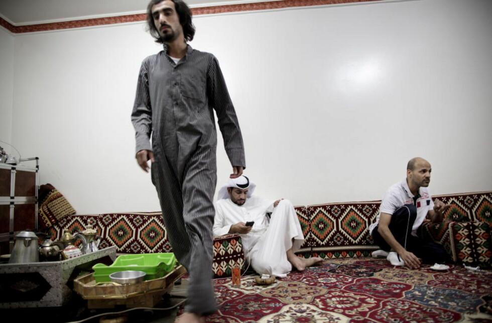 UTSATT: Abdulhakim al-Fadhli (t.h.) møter Dagbladet i en dewaniya - et møtested der mennene i lokalsamfunnet møtes for å drikke søt te og løse verdensproblemer. Men nå bekrefter al-Fadhli at disse møtestedene også er blitt en rekrutteringsarena for IS. Foto: Tomm W. Christiansen / Dagbladet