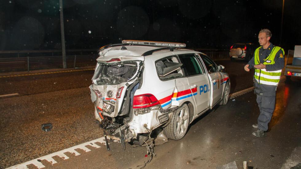 KOLLISJON:  En politibil fikk i kveld store skader etter at den ble påkjørt bakfra av en varebil på E18 i Asker. Heldigvis ble ingen personer alvorlig skadd. Foto: KRISTOFFER HAGEN / NTB scanpix