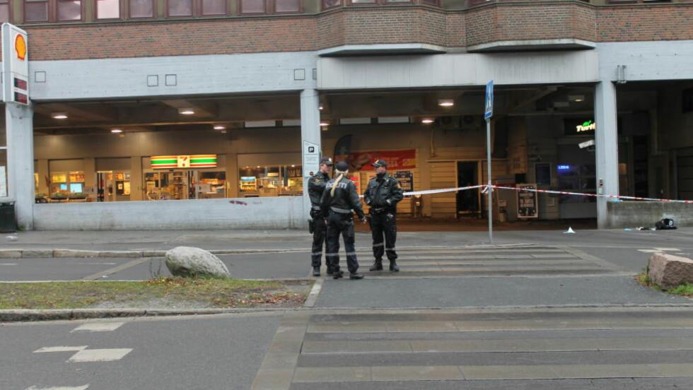 KNIVSTUKKET:  En person er kjørt til sykehus med alvorlige skader etter en knivstikking ved en bensinstasjon på Tøyen. Foto: Sindre Granly Meldalen / Dagbladet