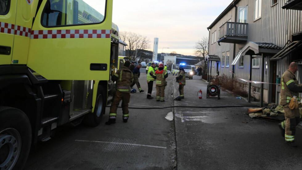 DØDSBRANN:   En person omkom i en brann i en åttemannsbolig i Steinkjer søndag morgen. Brannen brøt ut i en leilighet i første etasje. Foto: Terje Næss / NTB scanpix