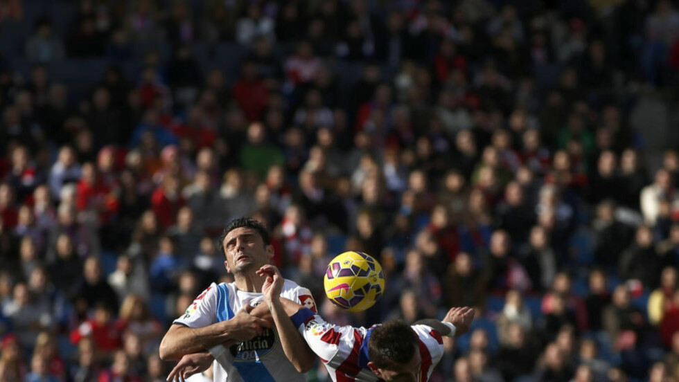 MÅTTE SPILLE LIKEVEL: Atletico Madrids Mario Mandzukic i duell med Deportivo Corunas Helder Postiga. Foto: REUTERS / Susana Vera / NTB scanpix
