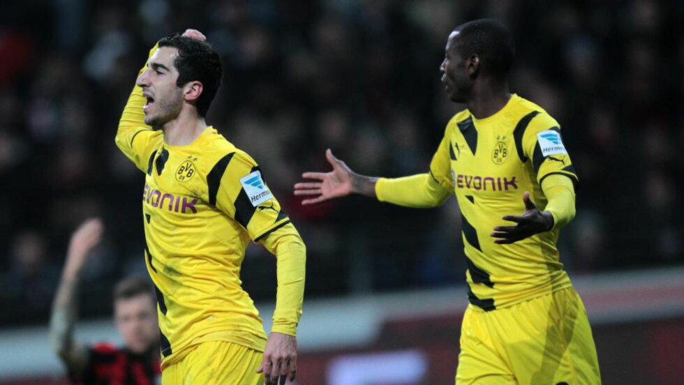 BÅNN: Dortmund sliter voldsomt i den tyske Bundesligaen og ligger sist på tabellen. Her depper Henrikh Mkhitaryan og Adrian Ramosi etter tapet mot Eintracht Frankfurt i kveld. Foto: EPA/Fredrik von Erichsen