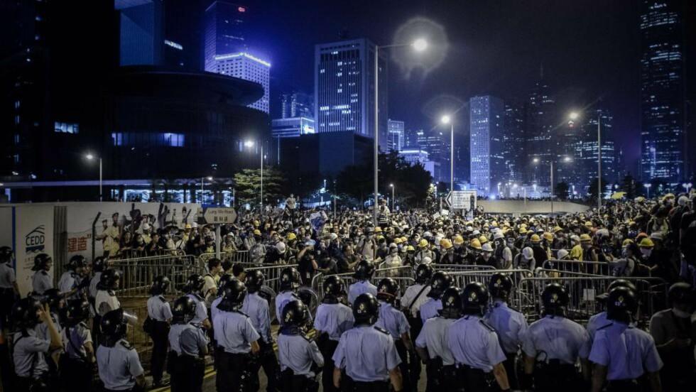TUSENVIS: Slik ser gatene i Hongkong ut i kveld. Demonstrantene som har preget nyhetsbildet i høst gir ikke opp. Foto: AFP / NTB scanpix