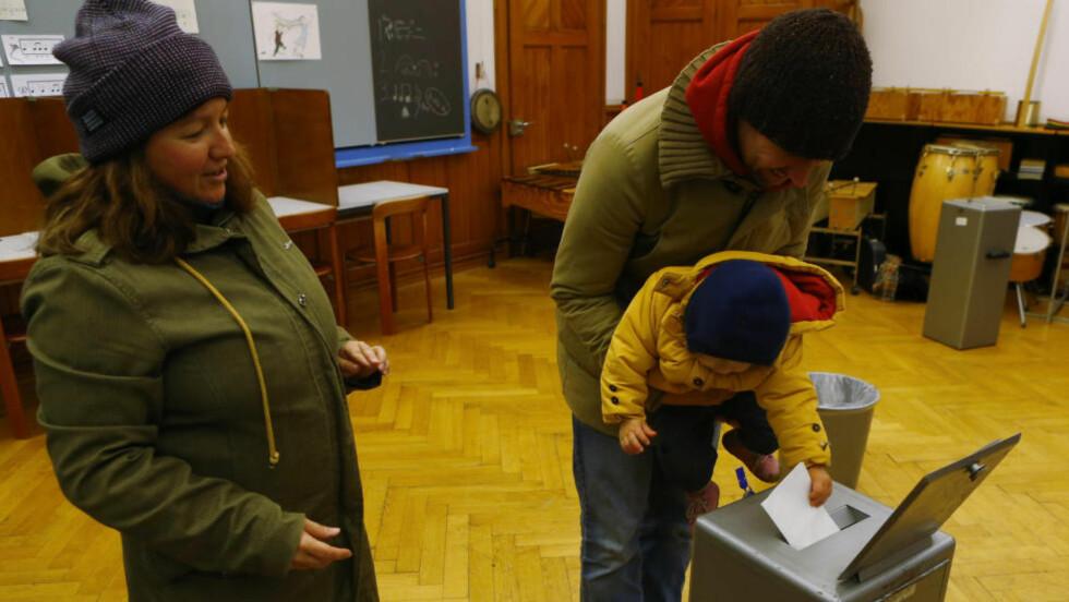 SA NEI: Mange sveitsere forhåndsstemte før helgens avstemning der blant annet innvandring igjen var et av spørsmålene som skulle besvares. 74 prosent stemte nei til forslaget om en strengere innvandringspolitikk. Bildet er fra en skole i Spitalackher i Bern. Foto: Ruben Sprich / Reuters / NTB scanpix
