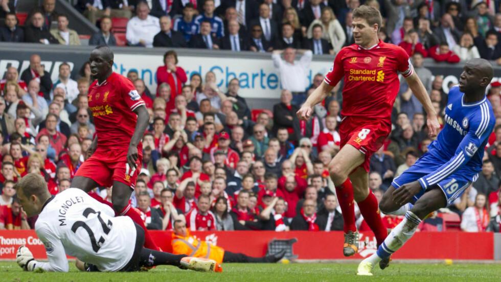 TUNGT ÅR: Kalenderåret 2014 har vært tungt for Englands tidligere landslagskaptein, og nåværende Liverpool-kaptein Steven Gerrard. To tabber med syv ukers mellomrom gjorde at både VM og ligagullet glapp for Gerrard, og nå er klubben på 11. plass. Foto: AP Photo/Jon Super