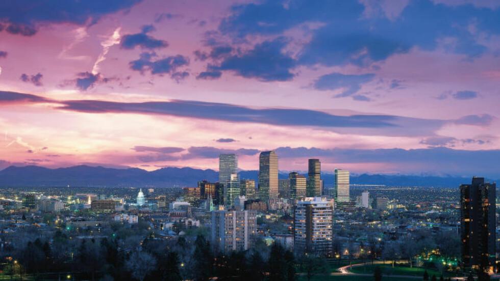 VILLE VESTEN: Denver har en imponerende skyline, ved foten av den spektakulære fjellkjeden Rocky Mountains. Foto: VISIT DENVER