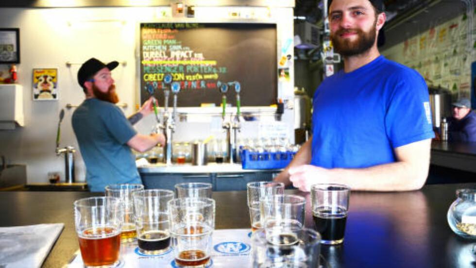 ACTIONHELT: Bartenderen Patt mener det å navngi en øl gir den mer personlighet. På Wit?s End kan du drikke den prisvinnende ølen Jean Claude Van Blonde. Foto: MARI BAREKSTEN