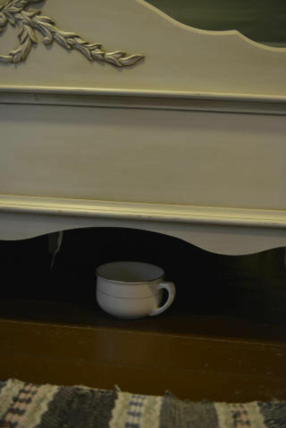 BARE SE, IKKE RØRE: Det vil si, du kan godt røre nattpotta under senga på rommet. Men det er ikke meningen at du skal gjøre ditt fornødne i den. Uansett hvor mye du må. Foto: GJERMUND GLESNES