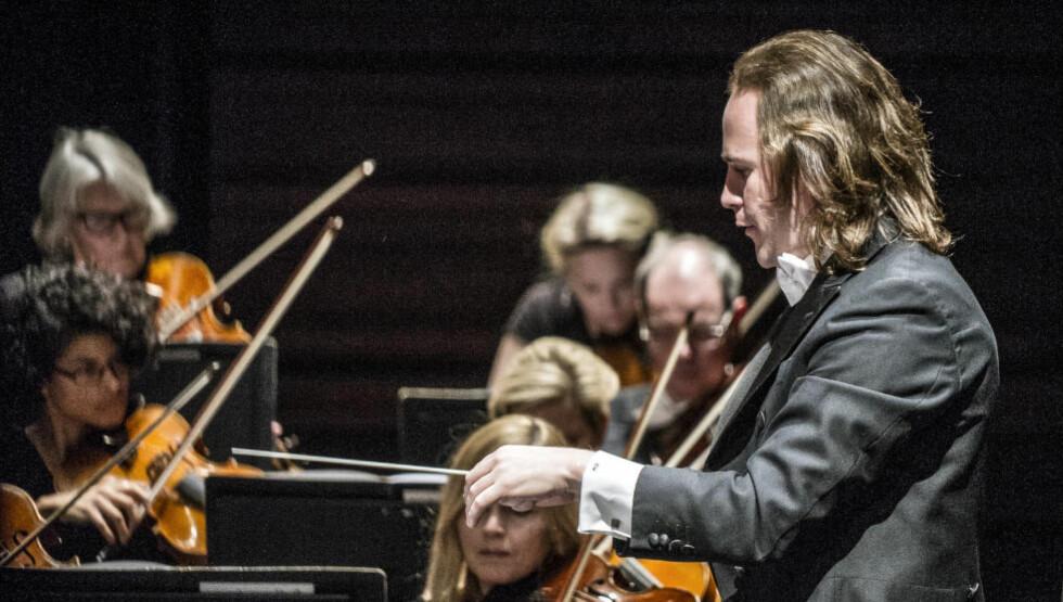 I STORFORM:  Christian Vasquez i spissen for Stavanger Symfoniorkester i storform i Bjørvika. Foto: Erik Berg/DNO&B