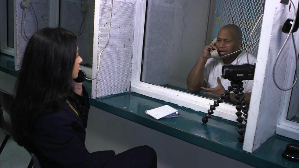 MØTER DØDSDØMT: Hadia Tajik møter den dødsdømte fangen Willie Tyrone Trottie i den første episoden av «På bortebane» på NRK1 i kveld.