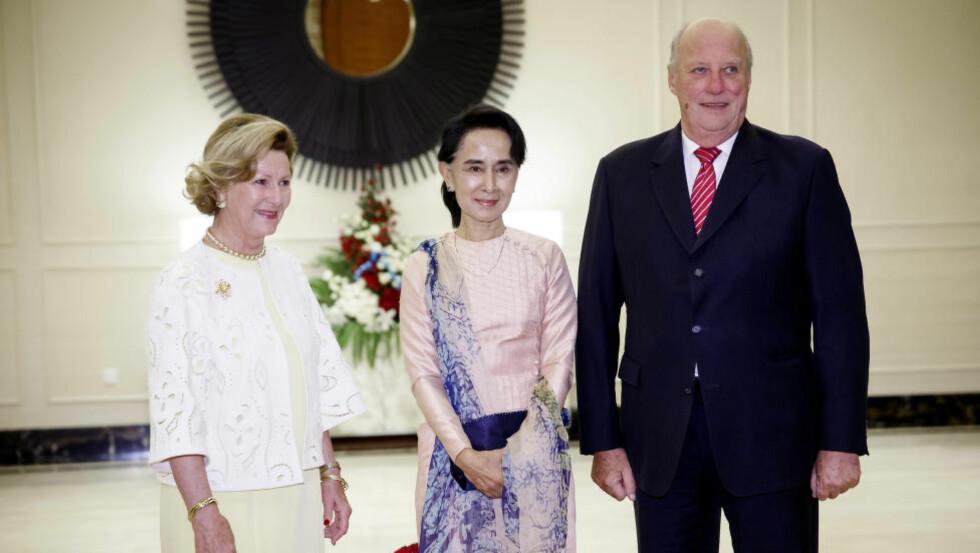 MØTTE FREDSPRISVINNER: Kong Harald og dronning Sonja møtte opposisjonsleder og Nobel fredsprisvinner Aung San Suu Kyi på Royal Park Hotel i hovedstaden Naypyidaw i Myanmar. Foto: Heiko Junge / NTB scanpix