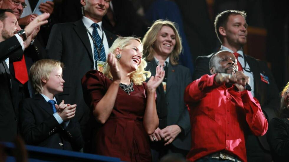 HEFTIG OG BEGEISTRET: Det ble heftig på VIP-området da Wyclef Jean fikk fart på hoftene til kronprinsesse Mette-Marit. Foto: Eirik Helland Urke