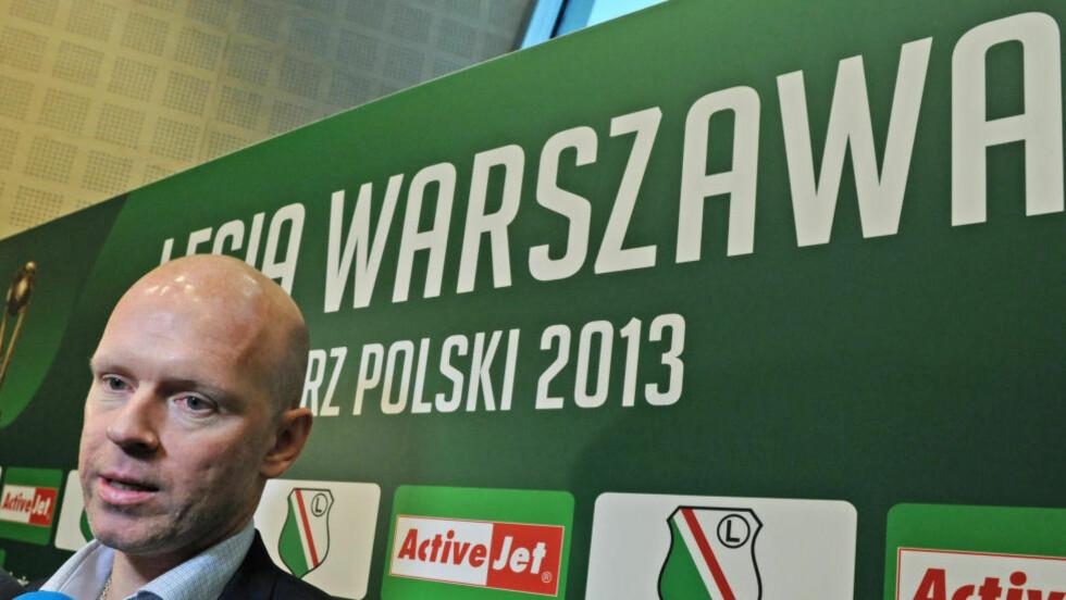 TOMME TRIBUNER: Henning Bergs polske klubb Legia Warszawa blir straffet hardt av UEFA for fansens rasistiske opptreden i europaliga-kampen mot Lokeren. Foto: AP Photo/Alik Keplicz