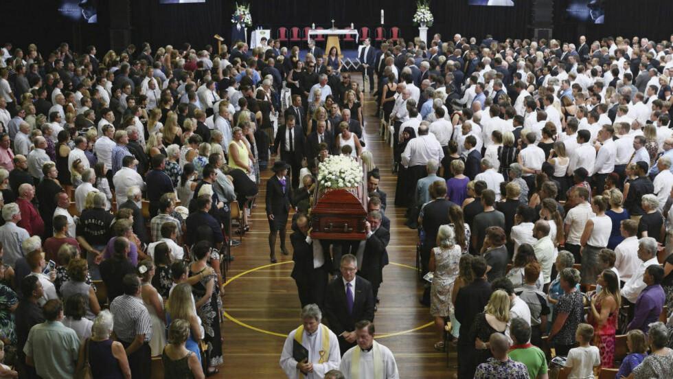 TOK FARVEL:  Kirken i Macksville, nord for Sydney, var fullsatt under begravelsen til Phillip Hughes, som forrige uke døde på cricketbanen. Statsminister Tony Abbott var også på plass. Foto: REUTERS/Cameron Spencer/NTB Scanpix.