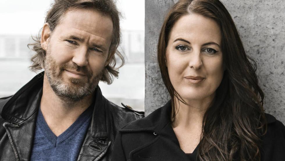 Sanne Munk Jensen og Glenn Ringtved har skrevet ungdomsboka «Du og jeg ved daggry» sammen. Foto: GYLDENDAL
