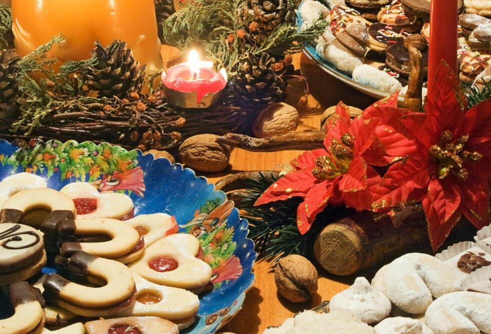 FULL AV FRISTELSER:  Ribbe, konfekt og feite kaker. Desember er full av fristelser, men med noen enkle grep kan julemåneden gjøres litt sunnere. Foto: COLOURBOX