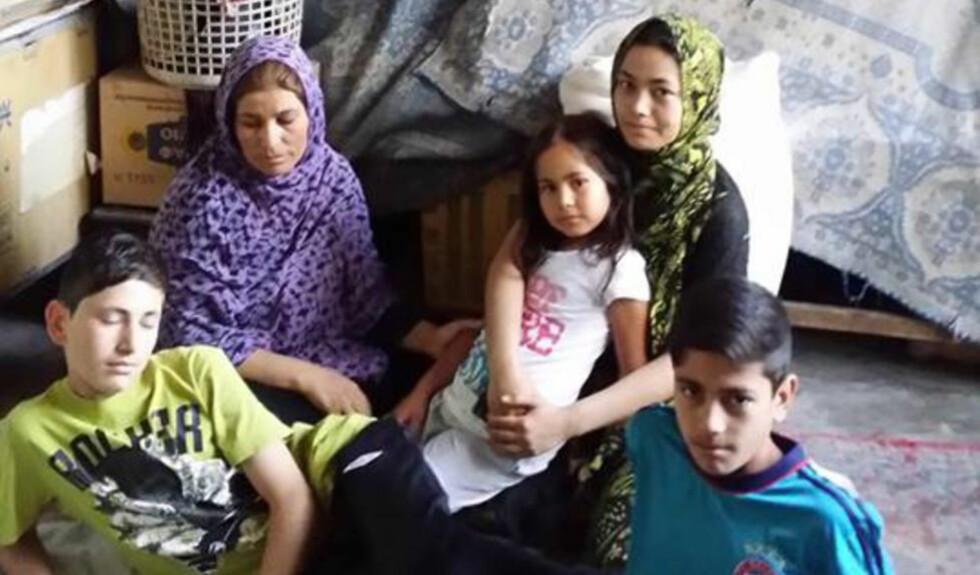 VIL TILBAKE: Familien Rahimi i Kabul. De ble deportert fra Norge i september etter fire år, fem måneder og 19 dager som asylsøkere. Fra venstre ser du Farid (15), mor Fatmeh (49), Farkhondeh (18) og Zohreh (6), og Farhad (11). Foto: Privat