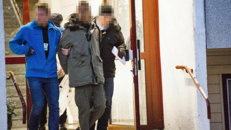 FØRT UT: Sivilkledd politi slo til mot flere adresser i en samordnet aksjon. Foto: Endre Vellene