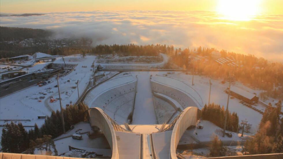 INVERSJON: Dette bildet fra Skiforeningens kamera i Holmenkollen viser tett tåke over Oslo. Tåkelaget fører til kaldere luft nede i byen, og finværet kommer ikke ordentlig til syne. Foto: Skiforeningen