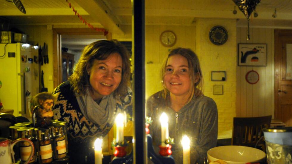 JUL UNDER MANNEN:  Det første Christina Walstad Sogge (11) gjorde da familien fikk flytte tilbake, var å finne den sjuarma adventsstaken og plassere den i vinduet. - Det var det første jeg så når jeg kjørte over brua, sier mamma Gunn. Foto: Fridgeir Walderhaug / Dagbladet