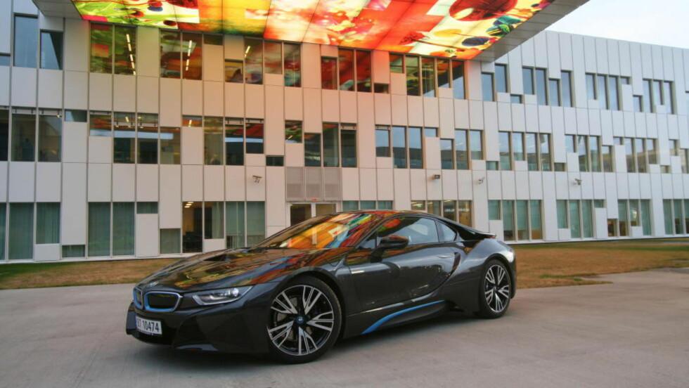 SPEKTAKULÆR DESIGN: Det er få biler fra volumprodusenter som ser så dramatisk ut som i8.  Foto: LORD ARNSTEIN LANDSEM / AUTOFIL / DINSIDE.NO