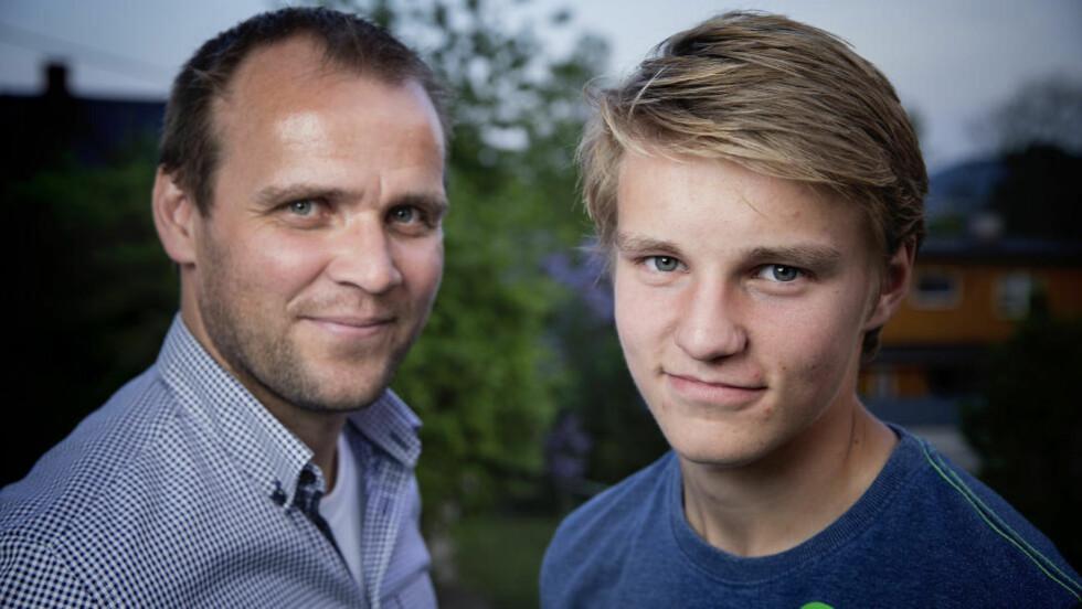 PÅ REISEFOT: Far Hans Erik og Martin Ødegaard har flere invitasjoner å vurdere denne jula. I går var de i Liverpool.  Foto: Bjørn Langsem / DAGBLADET