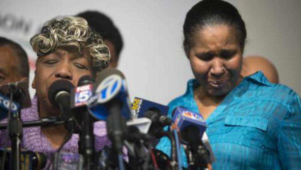 <strong>I SORG:</strong> Avdøde Eric Garners mor, Gwen Carr (t.v.), og enka Esaw Garner på en pressekonferanse etter at beslutningen om ikke å tiltale politimannen som kvelte ham ble kjent. Foto: EPA/JOHN TAGGART
