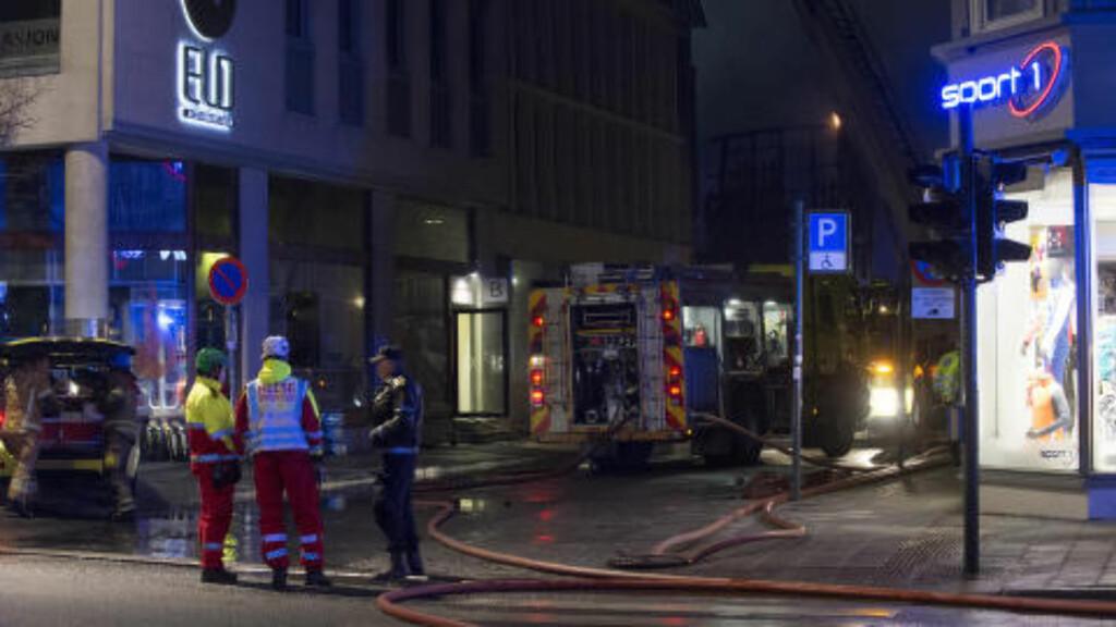 UNDER KONTROLL : Kieglekroa i Trondheim sentrum brant i natt, men brannen er nå under kontroll. Det er store ødeleggelser i den gamle trehusbebyggelsen. Foto: Ned Alley / NTB scanpix
