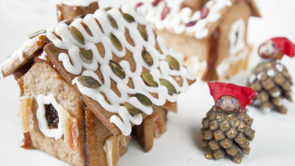JUL: Med et hjemmelagd pepperkakehus kommer julestemningen før du vet ordet av det. Dette pepperkakehuset er bakt uten gluten. Foto: ANNE SPURKLAND/FRIE KAKER