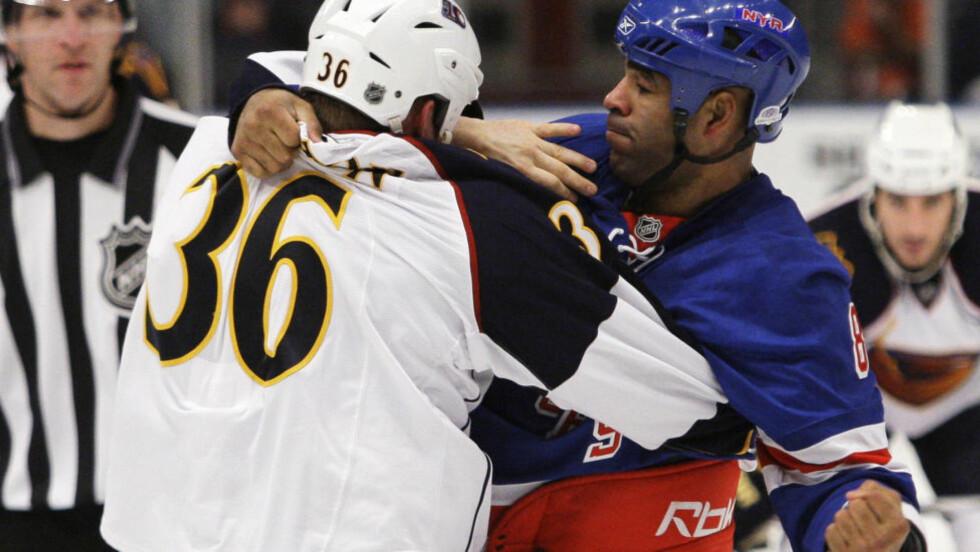 KJENT SLÅSSKJEMPE: Donald Brashear var ivrig uten handsker i NHL, her for New York Rangers. Hockeyspilleren satset også på MMA-slåssing. AP /Frank Franklin II/ NTB SCANPIX