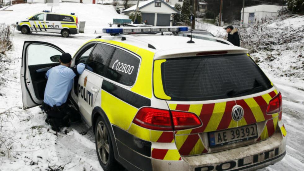 PÅ STEDET: En terrorsiktet 23-åring ble i morges pågrepet i Fredrikstad. Det var i ettermiddag fortsatt flere politipatruljer rundt mannens hjem. Sivile tjenestemenn gjennomsøkte boligen, der Dagbladet får bekreftet at PST har gjort beslag. Foto: Jaques Hvistendahl / Dagbladet