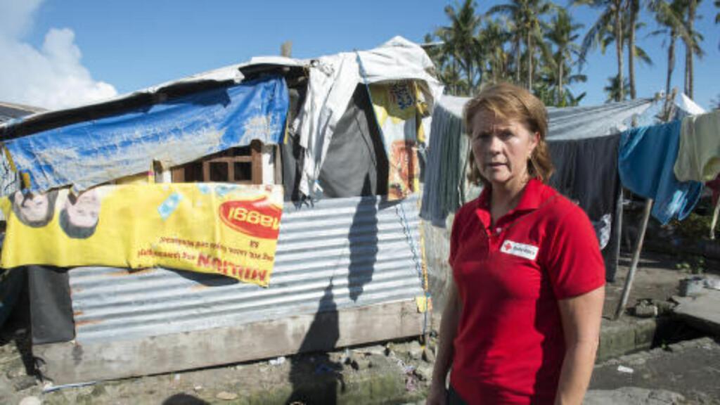 PÅ SAMAR:  Åsne Havnelid var selv på øya Samar for noen uker siden. Her står hun foran et av de mange midlertidige skurene som mange fortsatt bor i, i påvente av et sikrere sted å bo. Foto: Røde Kors