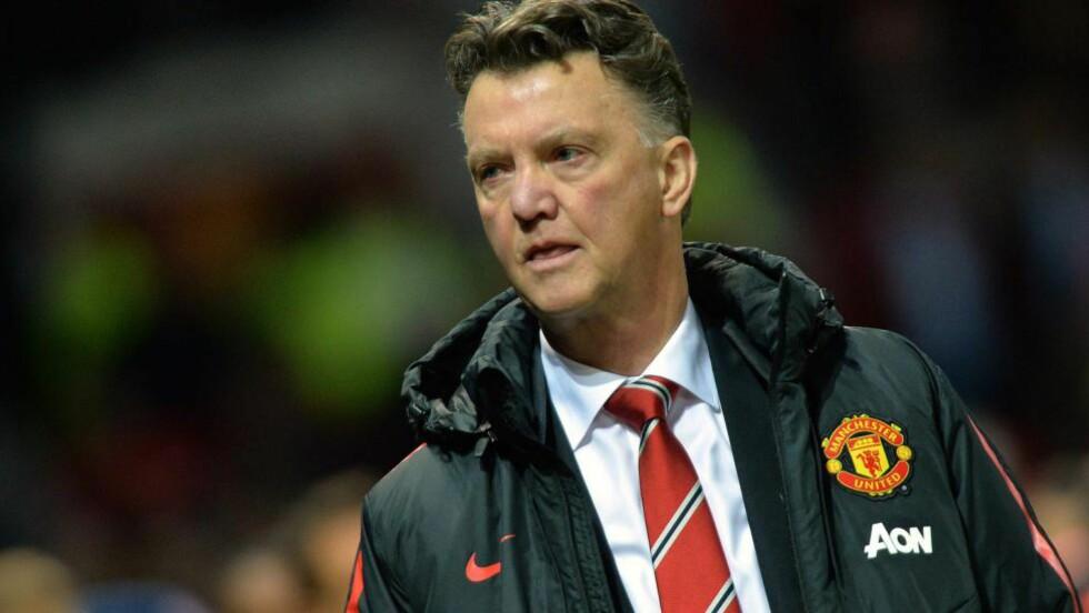 IRRITERT: Manchester United-manager Louis van Gaal  liker ikke ryktene om at United skal få store summer til å forsterke laget. Foto: EPA/PETER POWELL