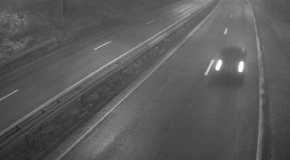 GLATT: Her på E18 i Asker inn mot Oslo har det i morgentimene blitt meldt om svært glatte veier i morgentimene. To biler var også involvert i en ulykke rundt klokka 07.00 i dag tidlig. Bildet viser strekningen like etter klokka 8 i morgentimene i dag. Foto: Statens vegvesen webkamera