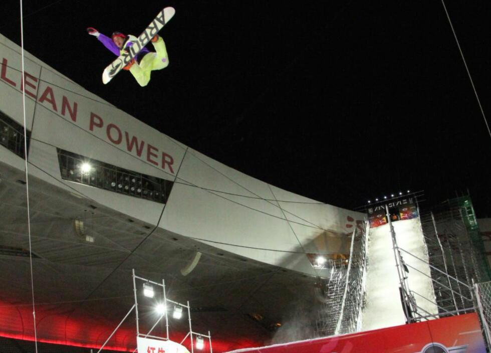 PÅTOPPEN: Emil André Ulsletten vant finalen i Air & Style i Beijing foran Ståle Sandbech og Torgeir Bergrem. Foto: Snowboardforbundet