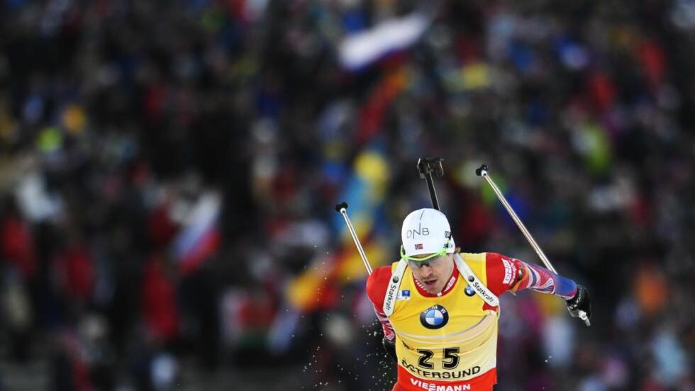 STEINETE: Emil Hegle Svendsen i aksjon i Östersund. Men de vanskelige forholdene kan ha ødelagt skiene. Både han og Ole Einar Bjørndalen kan rapportere om mye stein i løypene. Foto: AFP PHOTO/JONATHAN NACKSTRAND/NTB SCANPIX