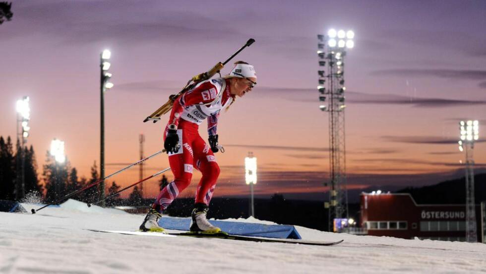 FØRSTE SEIER: Med solnedgangen som bakspeil gikk Tiril Eckhoff inn til karrierens første verdenscupseier. Noe hun selv rangerer som det største i karrieren rett etter OL-medlajene fra Sotsji. Foto: AFP PHOTO/JONATHAN NACKSTRAND/NTB SCANPIX