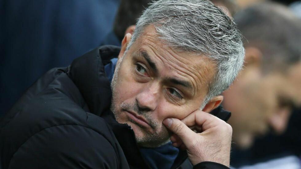 SKUFFET: Chelsea-manager Jose Mourinho var ikke fornøyd etter 2-1-tap mot Newcastle. Foto: AFP PHOTO / IAN MACNICOL