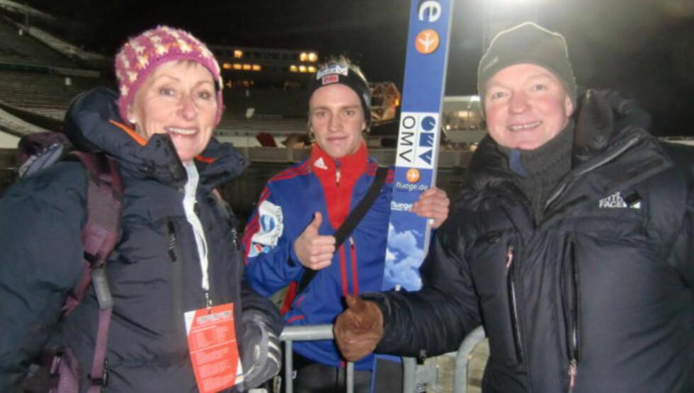 FORNØYD TRIO:  Anders Fannemel flankert av mamma Ellen Bodil og pappa Ola Rasmus. FOTO: TORE ULRIK BRATLAND