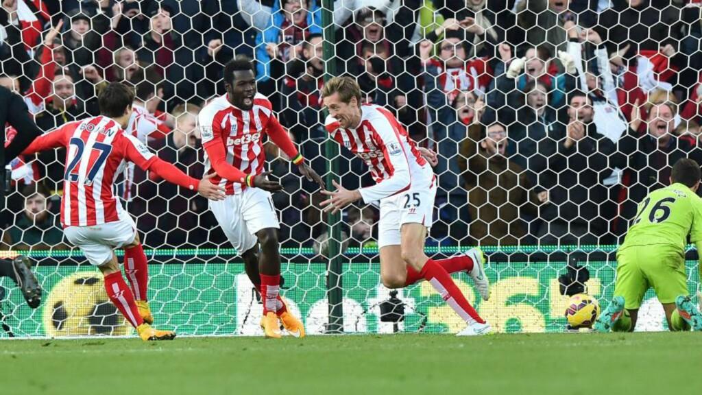 RASK: Stoke-spiss Peter Crouch scoret 1-0 etter 19 sekunder mot Arsenal. Foto: AFP PHOTO / BEN STANSALL