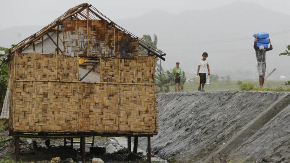 EVAKUERER : Tyfonvarselet har utløst en av de største evakueringene som noen gang er gjennomført i fredstid, ifølge FN. Foto: EPA/FRANCIS R. MALASIG