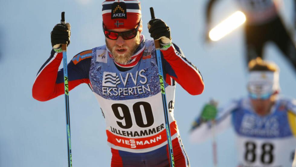 STERK: Martin Johnsrud Sundby hadde masse krefter i dagens jaktstart, og dro fra Finn Hågen Krogh et par kilometer før mål.  Foto: Cornelius Poppe / NTB Scanpix