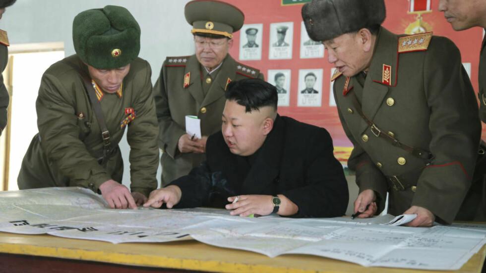 BENEKTER: En talsperson for det nordkoreanske forsvarsdepartementet benekter overfor nyhetsbyrået KCNA at myndighetene står bak dataangrepet mot Sony pictures, men sier det godt kan være støttespillere av diktator Kim Jong-un som står bak, og at det i så fall er en rettferdig handling. Dette bildet sluppet av byrået på fredag viser diktatoren under en militærinspeksjon. Foto: KCNA/Reuters/NTB Scanpix