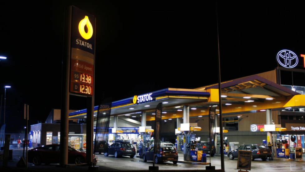 PUMPER KUNDENE: Drivstoffprisene hos Statoil på Skøyen i går kveld. Søndag er tradisjonelt dagen med lavest bensinpriser, og prisene hos denne forhandleren var betydelig lavere enn Statoils veiledende pumpepris i går, som var på 14 kroner og 83 øre. Foto: Arne V. Hoem/Dagbladet