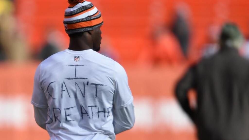 STERK PROTEST: Cleveland Browns Johnson Bademosi viste sin støtte til Eric Garner og de mange demonstrasjonene som har vært i USA denne uka. Her i forkant av kveldens kamp mot Indianapolis Colts. Foto: Jason Miller/Getty Images/AFP/NTB Scanpix