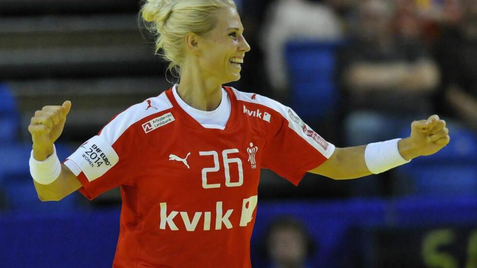 DANSK JUBEL:   Louise Spellerberg og de danskene kunne juble etter å ha slått Ukraina 32-23. Foto: EPA/ZSOLT CZEGLEDI/NTB Scanpix.